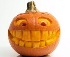 niedliches, lustiges Gesicht mit großen Zähnen schnitzen