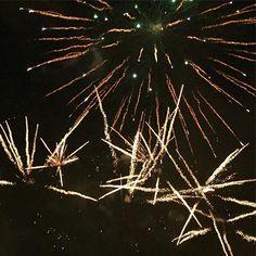 Feux d'artifice du 14 juillet #photooftheday #instadaily #instagood #amazing #beautiful #bestoftheday #art #igtravel #all_shots #mytravelgram #travel #instapassport #travelingram #july14th #fireworks #firework #tnt #light #noise #sky #night #dark #bright #instafireworks #celebrate #celebration #glow #nighttime #bastilleday #14juillet