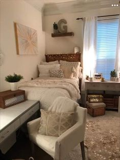 Dorm Room Food Ideas Essentials For Your College Dorm Room. Going To College Dorm Room Hacks And Tips! The 20 Best Dorm Room Essentials For Guys Home and Family Small Apartment Bedrooms, Cozy Apartment, Dorm Room Designs, College Room, College Bedrooms, College Life, College Apartments, Boston College, Tiny Apartments
