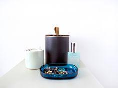 Genbrug dine konservesdåser og find perlepladen frem igen. Du kan nemt give opbevaringsdåserne et personligt udtryk, ved at dekorere i de farver, mønstre og motiver du selv foretrækker. Dåsen kannemt forvandle sig fra en fin feminin dåse, til en rå dåse til herreværelset.