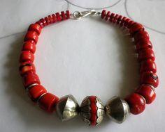 Ein Collier für STARKE Frauen.....  Aus roten Bambuskorallen Walzen habe ich ein Collier gefädelt, was alle Blicke auf sich zieht. Als Mittelpun...