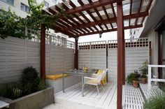 protection solaire pergola-bois-table-manger-chaise-pot-fleurs