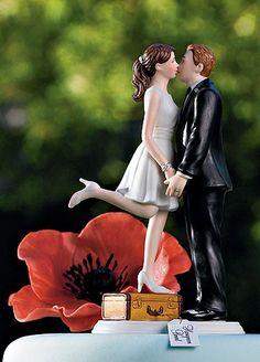 【ロマンチック編】スーツケースの上でKiss 旅行かばんにのって、新郎にKissする新婦☆ 微笑ましいキュートなケーキトッパーです☆【MimiJ Bridal】http://mimijbridal.comより購入可能です♪