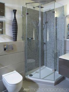 Dusche mit Duschkabine aus Glas.