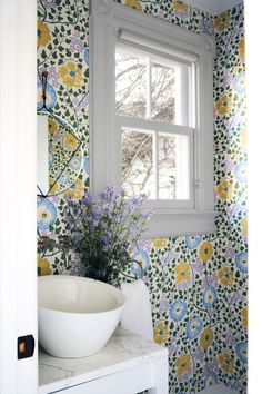 These Chic Wallpapered Bathrooms Will Convince You to Take the Plunge 28 Bathroom Wallpaper Ideas That Will Inspire You to be Bold<br> From classic prints to modern interpretations, understated backdrops, and vibrant colors. Marble Effect Wallpaper, Lit Wallpaper, Chinoiserie Wallpaper, Flower Wallpaper, Wallpaper Ideas, Bathroom Wallpaper Quirky, Wall Paper Bathroom, Wallpaper Toilet, Bright Wallpaper