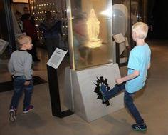 Em museu na Estônia, visitante tem Nossa Senhora para chutar