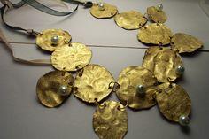 Collana in PET, foglia oro e perla colore avorio : Collane di desizzos