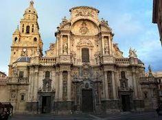 Catedral de Murcia (1742-1754) obra de Jaime Bort. Al igual que las catedrales de Cádoz y Guadix tiene una fachada extensa y disgregada  pero con muchos elementos articuladores que producen un efecto de filigrana y le aporta un gran monumentalismo.