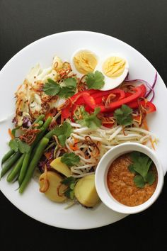 Gado Gado Indonesian Salad with rice! The sauce is amazing! Very healthy too! Vegetarian Recipes, Cooking Recipes, Healthy Recipes, I Love Food, Good Food, Indonesian Cuisine, Indonesian Recipes, Gado Gado, Singapore Food