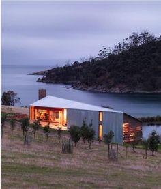 Una maravillosa cabaña de madera y chapa corrugada realizada con un diseño moderno pero con materiales recuperados.