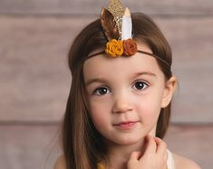 Flower and feather crown newborn through от muffintopsandtutus Daisy Headband, Feather Headband, Crown Headband, Flower Headbands, Headband Pattern, Toddler Headbands, Newborn Headbands, Felt Flowers, Fabric Flowers