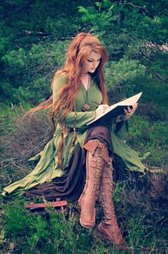 Bronwyn wearing clothes from the elves. Bronwyn wearing clothes from the elves. Beautiful Red Hair, Beautiful Redhead, Beautiful People, Medieval Dress, Medieval Fantasy, Foto Fantasy, Elfa, Fantasy Photography, Ginger Hair
