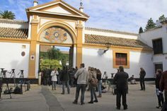 Palacios, fincas rurales, obras de arte... el extenso patrimonio de los Alba El palacio de Dueñas, en Sevilla, era el preferido de doña Cayetana, su entrada está coronada por el escudo de los Alba (XVII) pintado sobre azulejo © Gtresonline