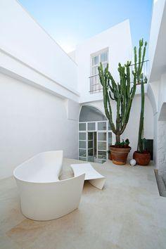 Originale divano-tavolino bianco - design Palomba Serafini Associati - Milano
