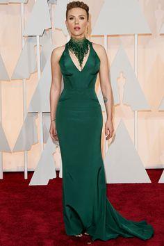 Scarlett Johansson, outra trabalhada no maxicolar, de vestido Versace