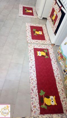 Sua cozinha ficará ainda mais linda com esse kit de passadeiras.  Produto confeccionado em tecido 100% algodão, estruturados, quiltados e forrados.    Kit composto por 3 peças. Sendo elas 2 passadeiras medindo 70x50 cm cada uma e uma passadeira medindo 130x50 cm Diy Crafts Videos, Diy And Crafts, Clever Gadgets, Sampler Quilts, Sewing Projects For Kids, Patch Quilt, Country Decor, Handmade Crafts, Diy Home Decor