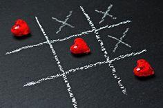 Tres en raya de corazón para fondo de pantalla , tic-tac-toe, ta-te-ti, tres enraya, juego del gato, juego, jugar, pizarrón, tiza blanca, corazones, rojo, fondo negro, cruces, rayas, amor, fondo de pantalla, wallpaper, fondo de pantalla de amor, imagenes de amor, fondo de pantalla hd, wallpaper hd, salvapantallas