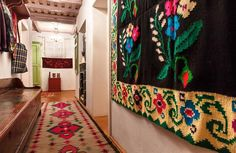 romanian-traditional-house-design-carpets-on-wall-and-floor - Home Decorating Trends - Homedit Traditional Interior, Traditional House, Wood House Design, Rustic Design, Design Case, Home Buying, My Dream Home, Architecture Design, Interior Design