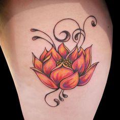 Tattoo fleur de lotus te arabesque sur la jambe