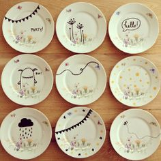 to Decorate Dinnerware With Sharpie! Add words with a black sharpie to flowered plates . DIY porselein beschilderenAdd words with a black sharpie to flowered plates . Sharpie Projects, Sharpie Crafts, Sharpie Art, Black Sharpie, Sharpies, Pottery Painting, Ceramic Painting, Diy Painting, Painted Mugs