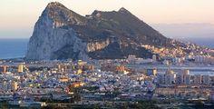 Municipio de La Línea de la Concepción, Cádiz. Al fondo el majestuoso Peñón de Gibraltar.