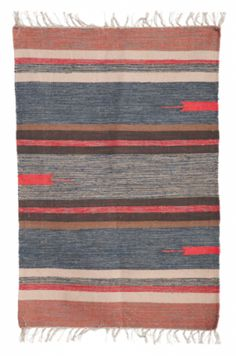 Håndvevd teppe blå/brune/grå toner med korall, 100% bomull.Blir teppet utsatt for fuktighet kan fargeavsmitting forekomme. Må renses. Størrelse : 90 x 200 cm