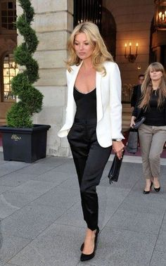 Kate Moss and white blazer outfit Style Work, Mode Style, Style Blog, Black And White Outfit, Black White, White Jacket Outfit, Black Satin, Outfits With White Blazer, Dress With Blazer