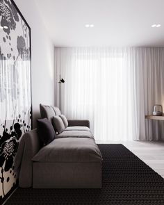 Un design beau et simple pour ce salon: plancher de bois et murs neutres qui contrastent bien avec les meubles et la carpette.