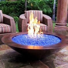 Blue Pits DIY fire pit designs ideas - Do you want to know how to build a DIY outdoor fire pit plans to warm your autumn and make s'mores? Find inspiring design ideas in this article. Diy Fire Pit, Fire Pit Backyard, Diy Propane Fire Pit, Backyard Fireplace, Outdoor Gas Fire Pit, Desert Backyard, Fire Pit For Deck, Fireplace Glass, How To Build A Fire Pit