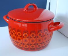 Arabia Kaj Franck Enamel Pot - mod red and orange flower pattern Kitchen Stove, Kitchen Ware, Kitchen Utensils, Vintage Kitchen, Retro Vintage, Vintage Items, Vintage Interiors, Cookware Set, Le Creuset