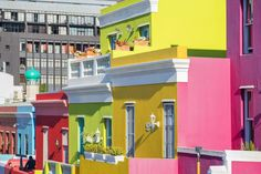 Read all about Cape Town's colorful Bo-Kaap neighborhood, including the area's history, its rich Cape Malay culture and the best ways to visit. Signal Hill Cape Town, Volunteer In Africa, Olympic Peninsula, Chicago Restaurants, Places Of Interest, Old Buildings, Beach Trip, Beach Travel, Africa Travel