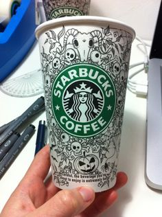 Starbucks cup decorated by Johanna Basford Starbucks Cup Drawing, Starbucks Cup Art, Starbucks Logo, Starbucks Coffee, Coffee Cup Art, Coffee Cup Design, Coffee Love, Coffee Break, Starbucks Halloween Cups