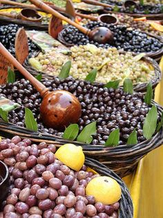 so many olives in Portugal Lebanese Recipes, Portuguese Recipes, Italian Recipes, Tapas, Olive Tree, Fruits And Vegetables, Street Food, Wine Recipes, Food Styling