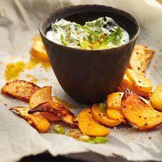 Diese aromatischen, knusprig gebackenen Steckrüben vertragen sich ganz wunderbar mit dem würzigfrischen Spinatjoghurt-Dip!