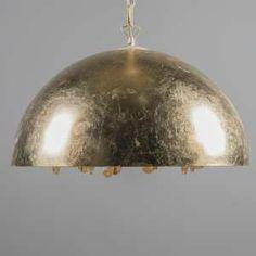 Lámpara colgante MAGNA 60 Deluxe oro - Una lámpara de estilo lujoso, la parte exterior es media bola de metal hecha de pan de oro. Mientras que en el interior de la lámpara (que es de color blanco), contiene un pequeño candelabro hecho de hojas y cristales. Esto le da un efecto de luz muy especial y sensación de lujo. Este accesorio ha sido hecho en Italia, por lo que tiene unos detalles excepcionales.  #gold