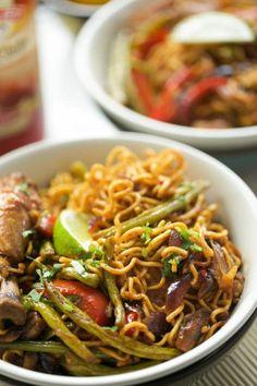 Noedels met kip en groentes | Kookmutsjes Korma, Spatzle, Wok, Japchae, Love Food, Noodles, Chicken Recipes, Spices, Food And Drink