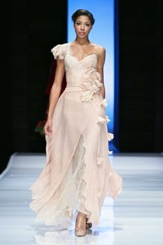 Vesselina Pentcheva also showcased at SA Fashion Week last week and I just love her romantic evening gowns. African Wedding Attire, African Attire, South African Weddings, Couture Looks, Africa Fashion, Online Fashion Stores, Celebrity Dresses, Fashion Outfits, Fashion Styles