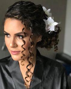 Penteados para noivas de cabelo cacheado Curly Hair Up, Curly Wedding Hair, Bridal Hair, Curly Hair Styles, Natural Hair Styles, Permed Hairstyles, Formal Hairstyles, Bride Hairstyles, Easy Hairstyles