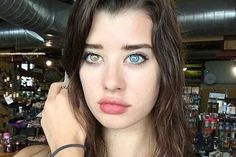 Internet goes crazy for young model with different coloured eyes - WeirdNews - Dunya News
