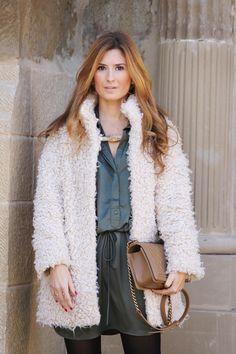 Look con abrigo de pelo. Look con collar especial. Look con vestido camisero. Trendy Look. A trendy life. #flurrycoat #chemiserdress #especialnecklace #chanelbag #boychanel #suiteblanco #pretalist #chanel #mariamare #outfit #fashionblogger #atrendylife www.atrendylifestyle.com
