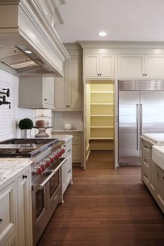 The Beauty of Hidden Pantries in the Kitchen: Hidden Pantries in Traditional Style Kitchens