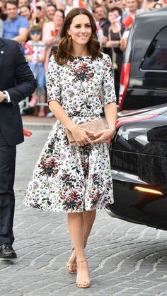 Duchess Kate's style continues to exceed our fashion expectations. Here are the best Kate Middleton outfits and a collection of standout fashion statements. Kate Middleton Outfits, Kate Middleton Look, Duchesse Kate, Floral Dress Design, Floral Dresses, Style Royal, Kate And Meghan, Expensive Clothes, Looks Chic