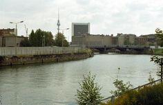 a2051 Spreebogen, Berlin-Mitte, 1975. Auf der Marschallbrücke stehen Sichtschutzwände. Der Fotograf steht quasi neben dem Reichstag und blick gen Ost-Berlin.