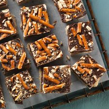 A pretzel shortbread crust topped with a thick layer of chocolate peanut butter filling. ??
