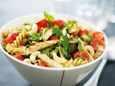 Denne oppskriften på pastasalat med kylling er utrolig enkel å lage. Som en bonus er pastasalaten supersunn og holder blodsukkeret stabilt. Pesto, Broccoli, Tapas, Healthy Living, Food And Drink, Ethnic Recipes, Mousse, Healthy Life, Moose