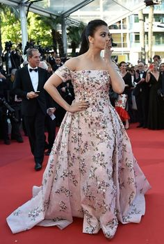 Aishwarya Rai Photos Photos: 'From the Land and the Moon (Mal De Pierres' - Red Carpet Arrivals - The Annual Cannes Film Festival Grey Saree, Orange Saree, Silver Outfits, Pink Outfits, Golden Saree, Actress Aishwarya Rai, Bollywood Actress, Party Wear Dresses, Bollywood Fashion