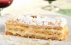 La torta millefoglie è uno degli evergreen del mio repertorio culinario, richiestissima soprattutto per le feste di compleanno. Nessuno sa resistere infatti a quell'idillico connubio fra la sfoglia croccante caramellata, e la cremosità della farcitura.