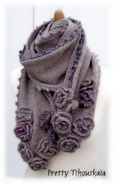 "<3  Ravelry: Echarpe ""Roses fanées"" - ""Faded roses"" scarf pattern by Pretty Tchouskaïa"