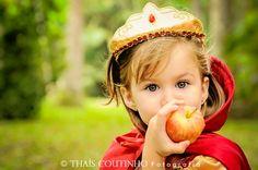 princess photo shoot  http://fotosealbuns.com/blog/2012/11/conto-de-fadas-de-carolina-em-ensaio-fotografico-infantil/
