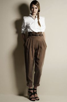 How to wear a white shirt. Tapered trousers & crisp white shirt for work. Hareem Pants, Estilo Tomboy, Trouser Outfits, Trouser Jeans, Tapered Trousers, Zara, Pants For Women, Clothes For Women, Mode Style